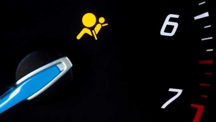 Горит лампочка подушки безопасности: причины, способы устранения